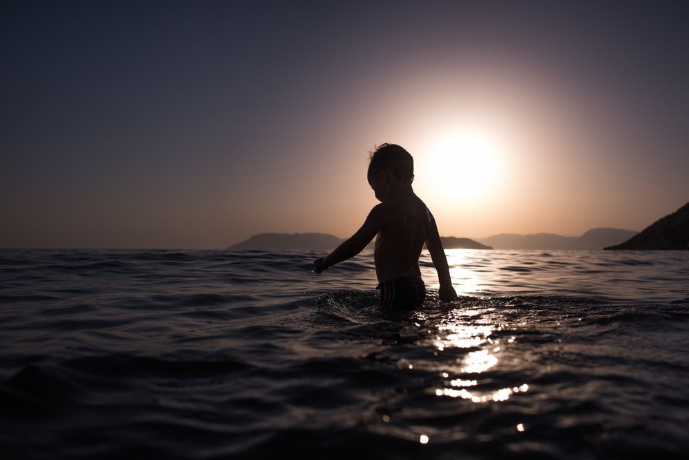 child_bathing_ocean_sea_silhouette_backlight_evening_sunset-846231.jpg!d.jpg