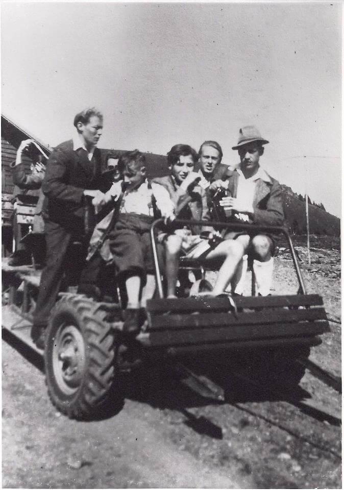 """Das war der erste """"Lift"""" auf der Pöllinger zusammengebaut aus alten Autoteilen mit einer Seilwinde und einem VW-Moto betrieben. So wurden die Skifahrer dann den Berg hinauf gezogen."""