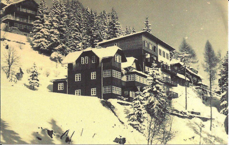 Der erste Ziegelbau, ganz rechts, wurde an das Holzhaus angebaut.