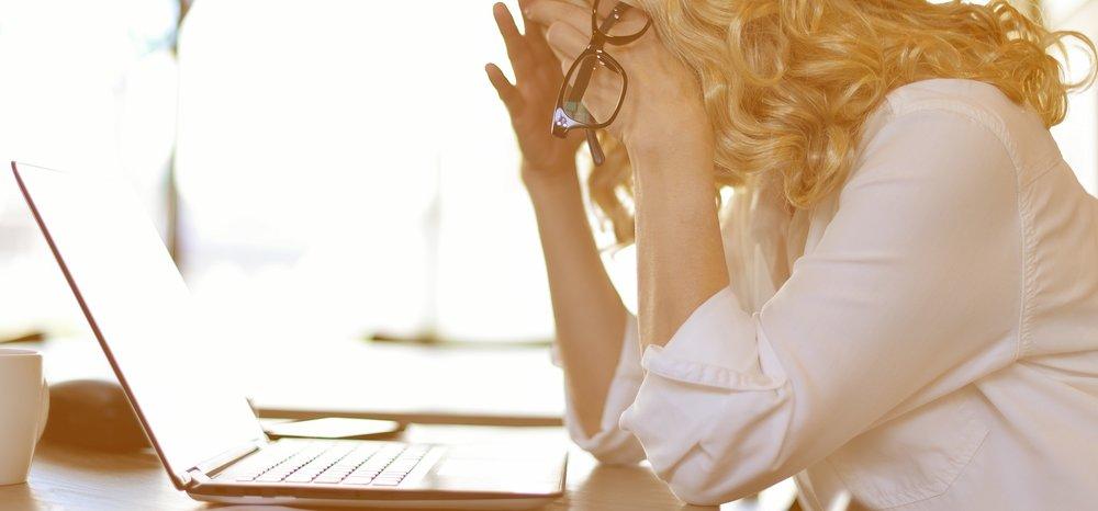 Heeft u rug- of nekklachten? - Indien u voor een langere tijd op het werk of thuis achter een pc of laptop zit, kunt u rug-, schouders- of nekklachten krijgen. Wij helpen u er vanaf!