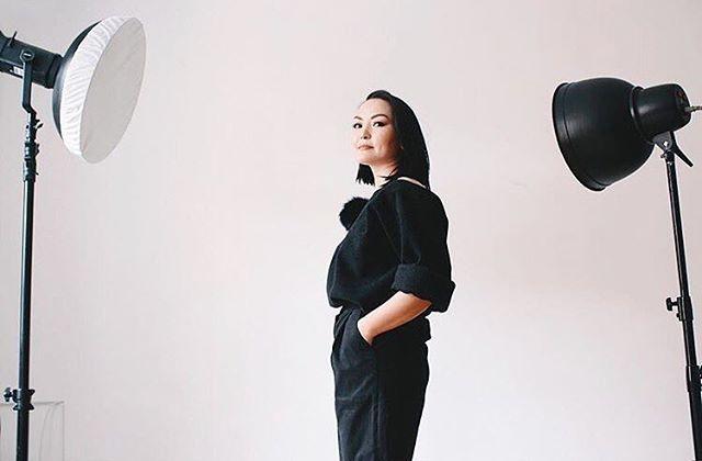 Какой классный образ получился у красавицы Дарины @i_darina 🌿на Дарине брюки с завышенной талией и объёмный свитер из шерсти с брошью помпоном. _______________________ Больше фото модели брюк: #ptvesna002  Больше фото модели свитера: #povesna02