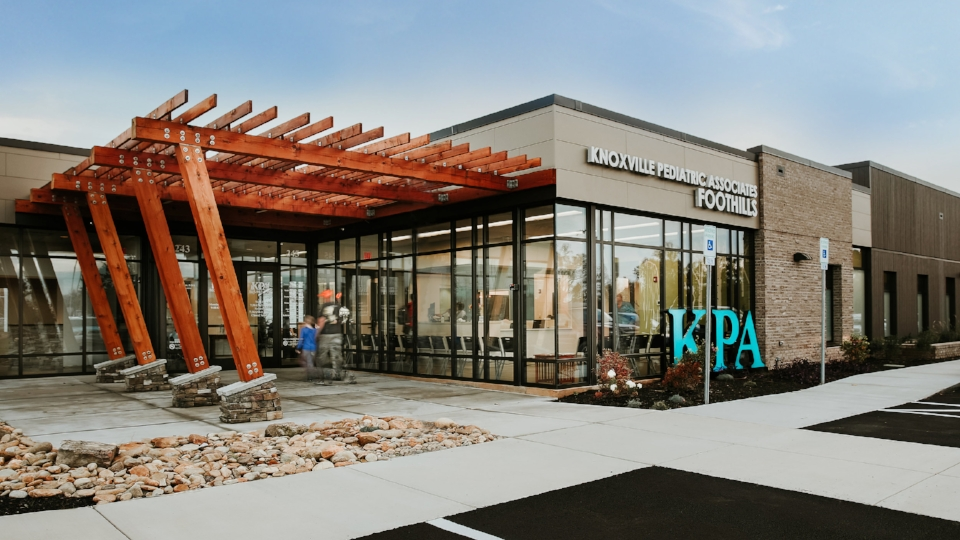 KNOXVILLE PEDIATRIC ASSOCIATES FOOTHILLS    A new pediatric clinic in Alcoa, TN features a rustic modern design with vibrant interior accents.