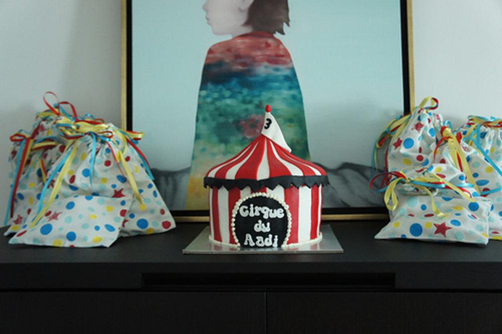 circus birthday cake and gift bags.JPG