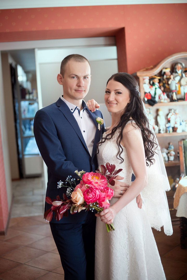 Norilsk Siberia - Russian married couple show us her bouquet of flowers