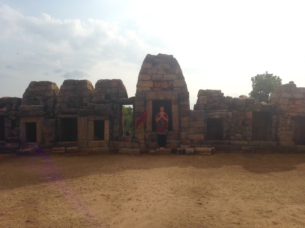 Kuvassa 65 yoginia - eli Intian khajurahon 64 yoginin temppeli ja Mia.