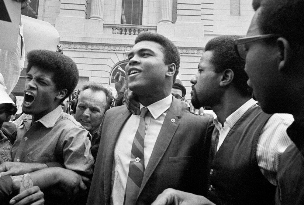 Kuvan linkissä New York Timesin juttu, jossa luettavanasi erilainen tarina velvollisuusetiikasta ja sotimisesta. - Jos linkki ei aukea, klikkaa tästä: Muhammad Ali, Vietnam 1967 and 'I Ain't Got No Quarrel With Them Vietcong'