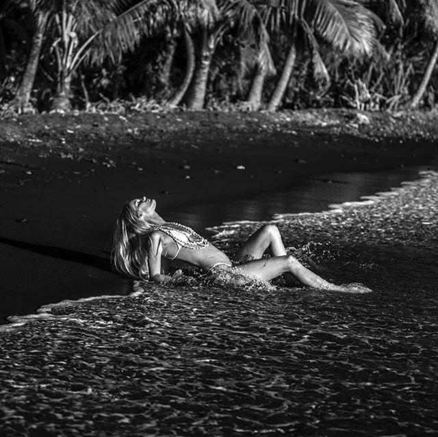 Sneak peek of last week shoot with @hanaleireponty in her island in Tahiti. ✨ Black sand and sunset light made the magic.