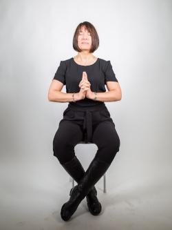 MediYoga och Mindfulness går utmärkt att göra på stol och i vanliga kläder.