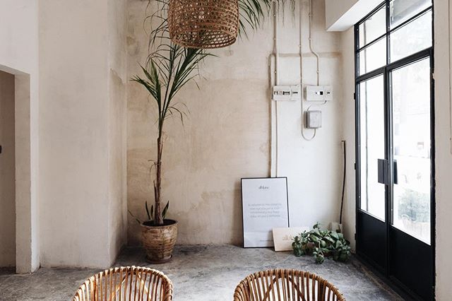 Transform an old warehouse of batteries in a typical Catalan house. Bring the calm of a summer day into the city. This is the new space of my other son @alblancatelier a floral design studio. Branding and interior design by @cielostudio 📷 @articostudio