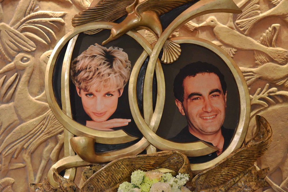 Diana and Dodi memorial, Harrods, London. Image©thingstodot.com