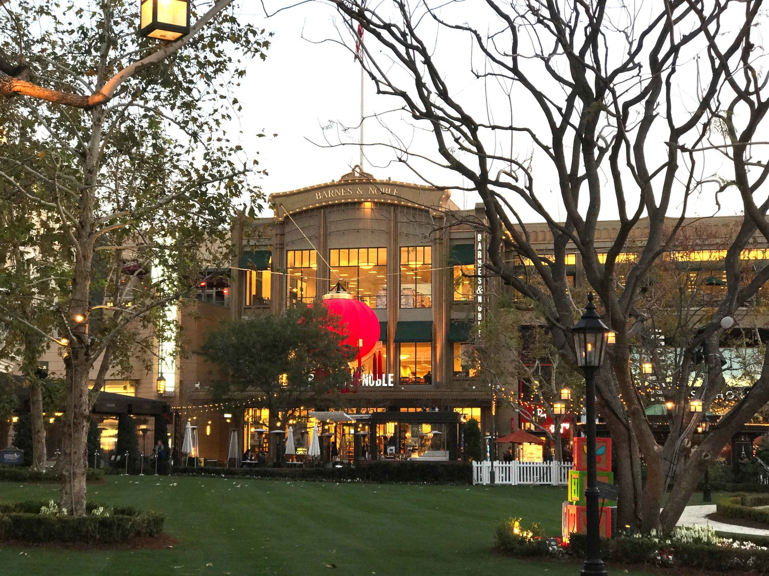 Americana At Brand >> Things To Do In Los Angeles Shopping Mall At The Americana At Brand