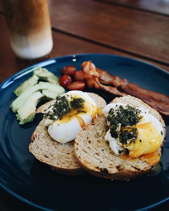 Pesto eggs and some long awaited avo 🥚🥑