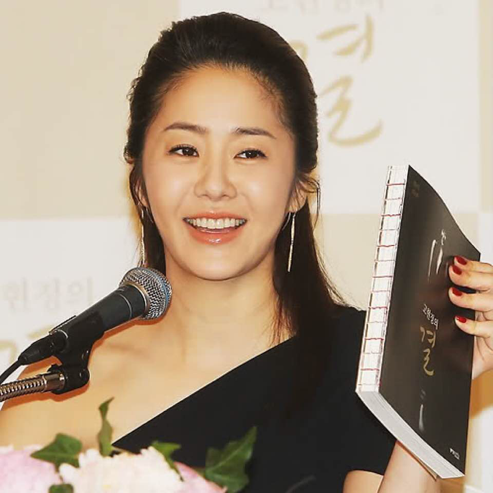 Go Hyun Jung - this pic was taken in 2011 and she was 40yo at that time. Pls look at that face. HOW THE *#%€<£* is she 40????