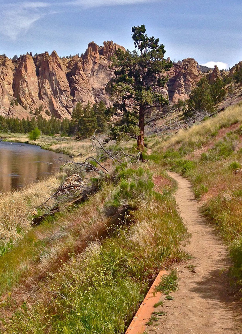 Homestead Trail along the Crooked River towards the Monument area at Smith Rock State Park.