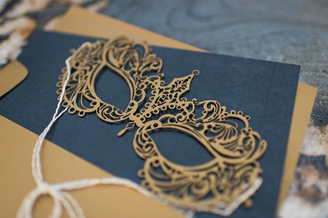 OK, so I was looking at the little seasonal New Year stickers available in Instagram stories, and doesn't the gold mask look EXACTLY like this gorgeous laser cut mask by @luckyonion?! . Speaking of the New Year, I hope you're enjoying yours so far! I'm still working out my goals and motto for 2018. What are you excited about this year? 🎊 . Other friendors who came together for this lovely shoot: Venue: @the360atskyline  Planners: @gardnereffect  Floral: @theoliveandpoppy  Rentals: @maxandlivie @eventrents Lighting: @eliteent  #denver #colorado #denverwedding #coloradowedding  #denverbride #coloradobride #weddingstationary #weddinginvitations #custominvites #invitationsuite