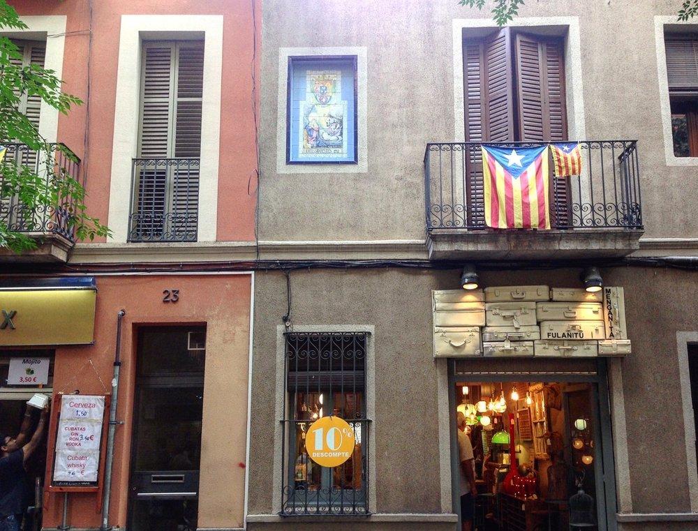Haeuserfront in Gracia mit Katalanische Flagge.jpg