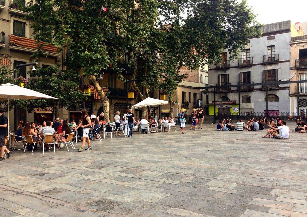 Placa del Sol_Gracia mit Menschen.jpg