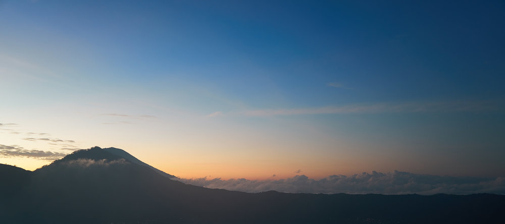 Atemberaubende Aussicht von Mount Batur auf Vulkan Agung