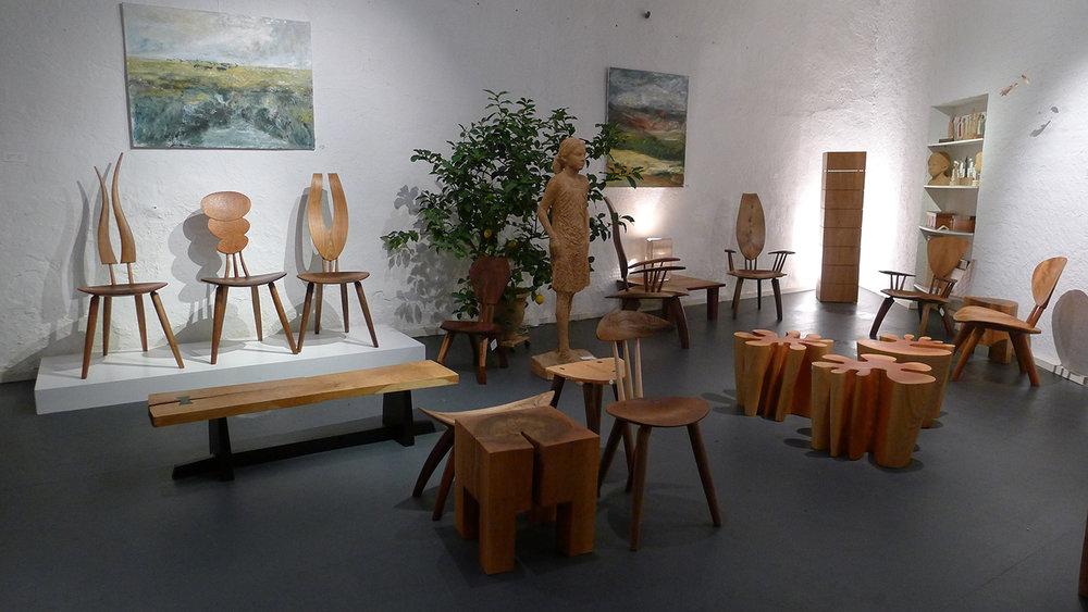 Öl Bilder Akela Möhren, Skulptur Jozek Nowak, Schrank Johannes Glockner, Tisch Lampe Manfred Braun, fliegende Skulptur Marcin Rzasa