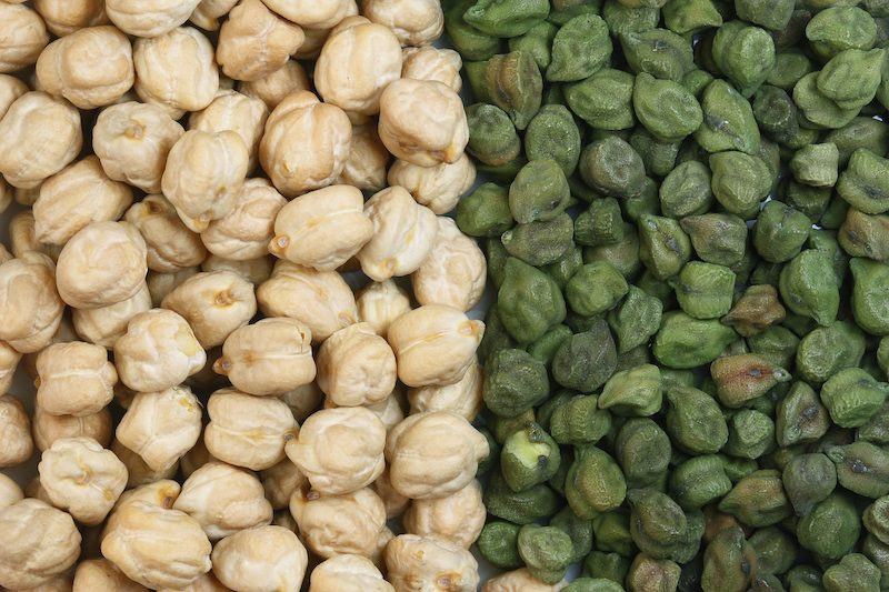Kahuli and Desi chickpeas (Photo credit: Sanjay ach(Wikimedia) Do you see the Ram's Head with horns? Hmm..a little bit.