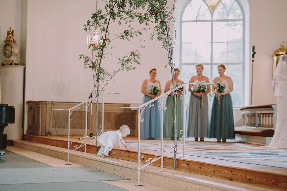 Brudnäbb kryper upp mot altaret till brudparet i kyrkan