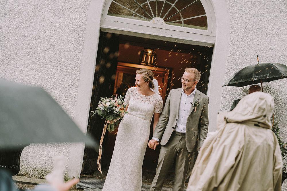 Brudparet gratuleras efter vigsel i Unnaryds kyrka med riskastning