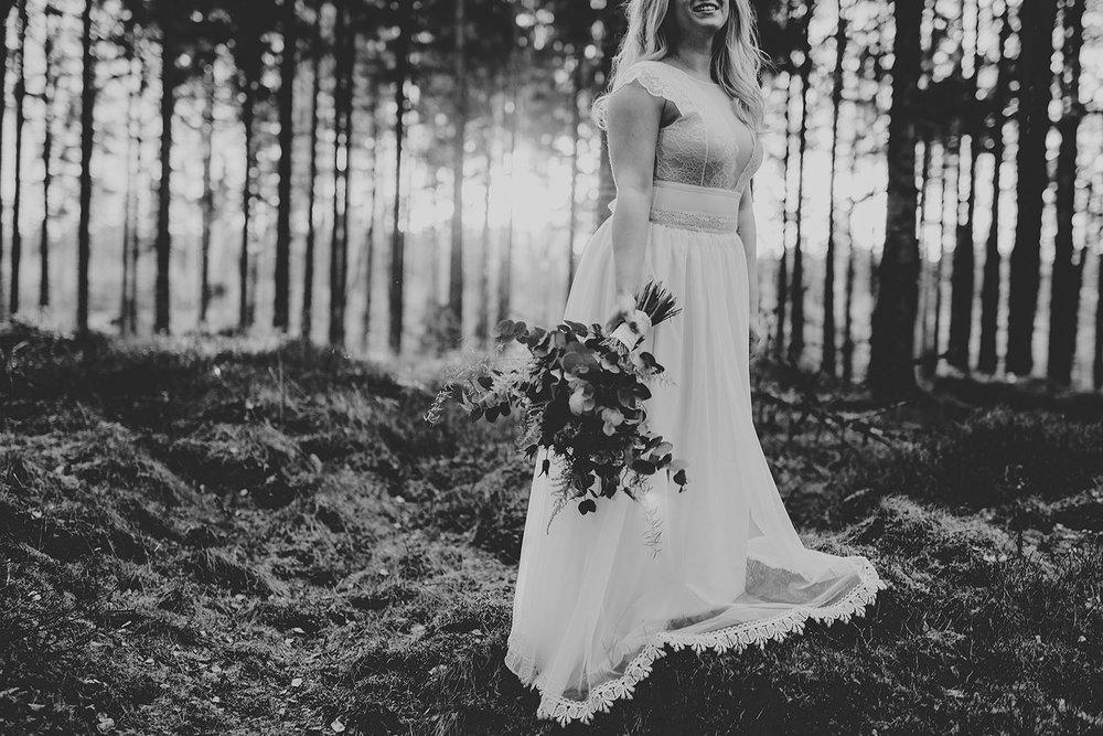 Bröllopsfotografering av bohemiskt bröllop i kvällsljus i Hylte