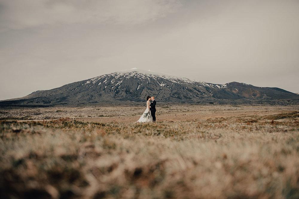 Bröllopsfotografering på Island vid en glaciär