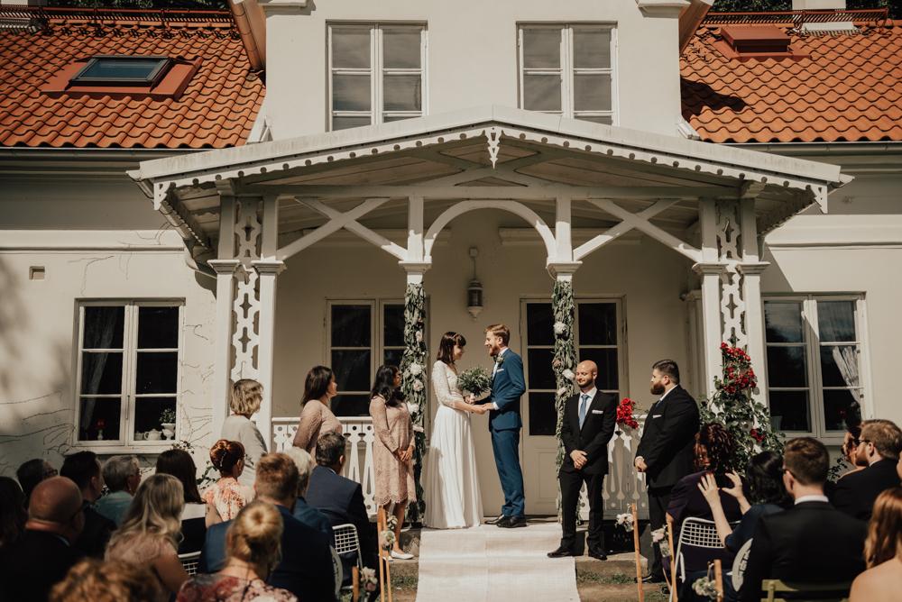 Bröllopsfotografering av utomhusvigsel på Ulricedahlsgården i Malmö