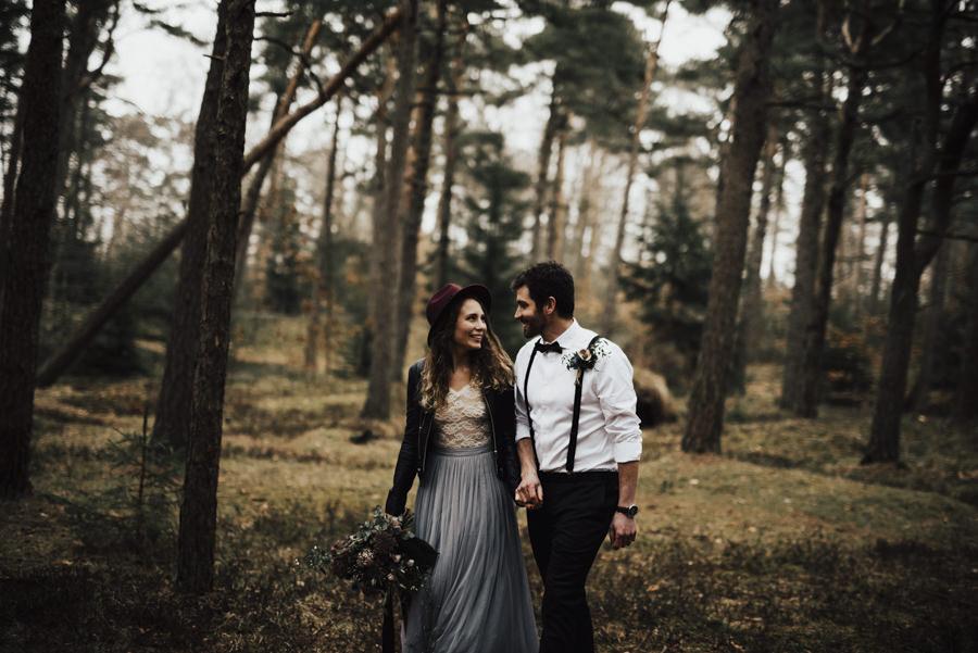 Brudpar med bohemisk stil under fotografering med Linnsej Photography i Halmstad