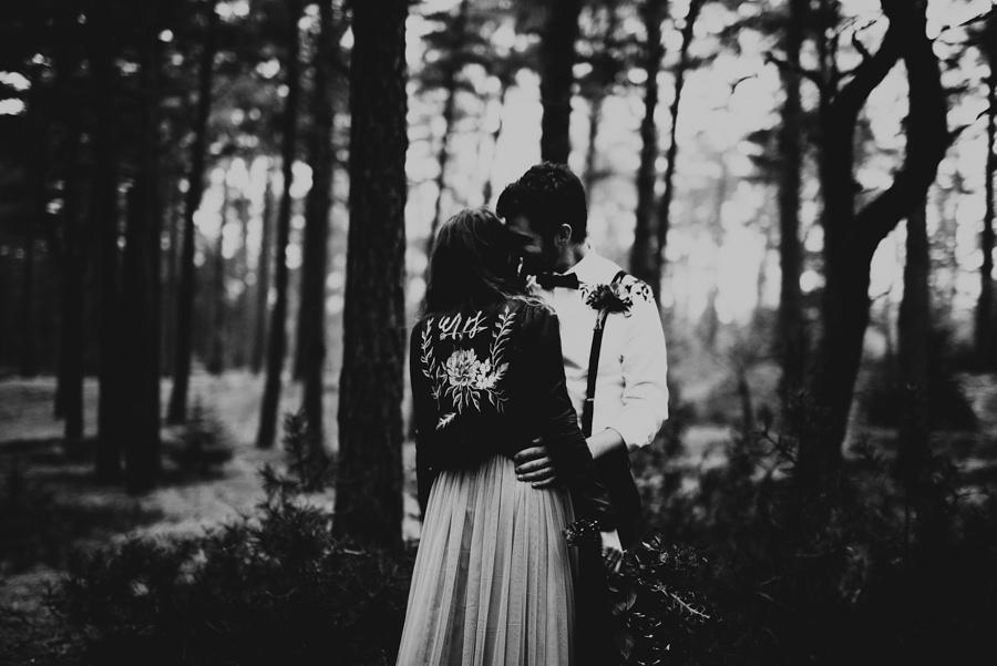 Brudpar under fotografering. Bruden har skinnjacka och tyllkjol istället för klassisk bröllopsklänning.