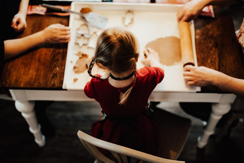 Baka pepparkakor med familjen under fotografering med Linnsej Photography