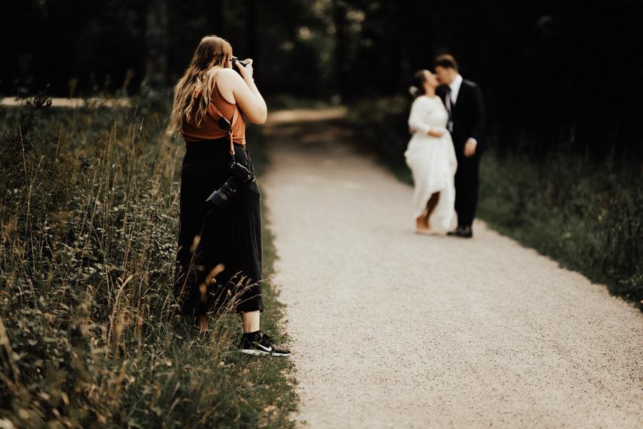 FOTOGRAFERING (well duh!) - i 6, 10 eller 12 sammanhängande timmar.Med en dokumentär stil förevigar jag er bröllopsdag precis så fantastisk som den är! Från förberedelserna i början av dagen, till in på små-timmarna när ni dansar loss - ni bestämmer vilket paket som passar er! Självklart kan ni lägga till timmar utöver de som erbjuds i paketen, antingen direkt vid bokning eller på bröllopsdagen.