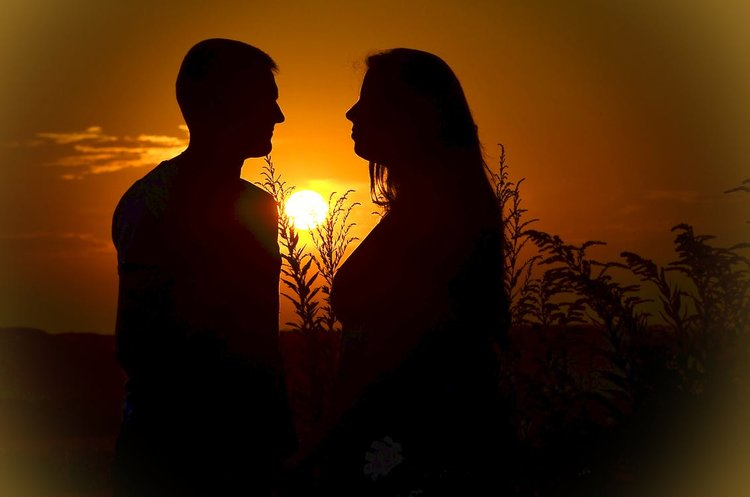 couple-love-sunset-silhouettes-160764.jpeg