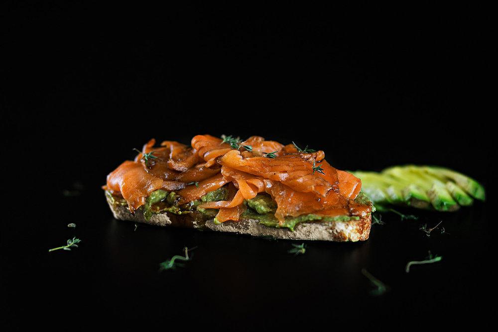 Tostada de salmão curado com creme de avocado