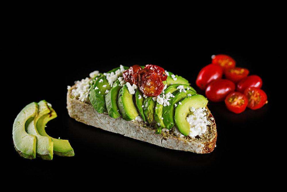 Tostada de avocado com creme de ricota