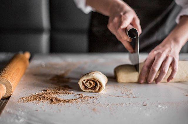 Cinnamon rolls: um clássico, feito aqui mesmo!  A partir do dia 02/07 😊 #cinnamonrolls #confortfood