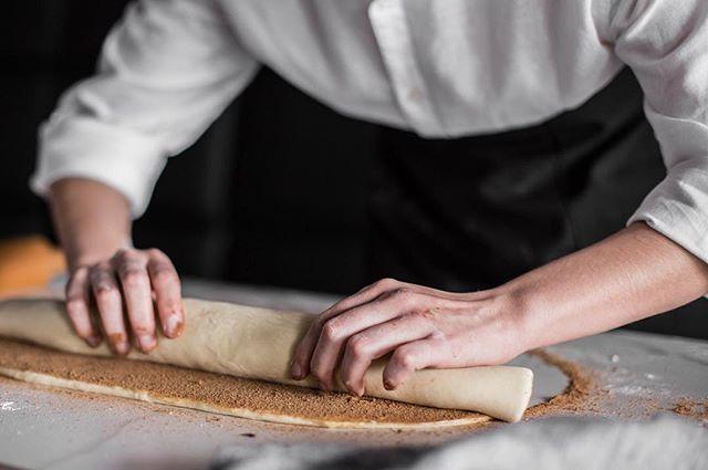 Cinnamon rolls: um clássico, feito aqui mesmo!  A partir do dia 02/07 😊 #cinnamonrolls #foodphotography