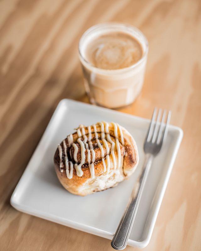 O cinnamon roll é novidade aqui na Bossa: rolinho servido sempre quentinho, recheado com manteiga e canela e cobertura cheia de baunilha. Peça com o nosso chocolate quente belga 😋 #cinnamonrolls #comfortfood #callebaut