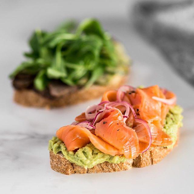 Avocado, salmão curado e picles de cebola roxa no pão tostado de fermentação natural 😋 #toast #avocado #healthyfood