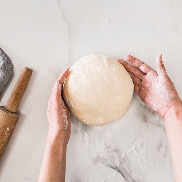 Aqui nós adoramos botar a mão na massa. Cinnamon rolls, cookies, muffins e agora também os croissants, tudo feito aqui! Vem provar!  #homemade #coffeeshop