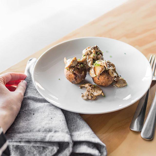 Esse é o bolinho de grão de bico com molho de cogumelos, nossa opção vegetariana do Brasileirinho. A partir de quarta, dia 26/09 🍄  #healthyfood #almoço