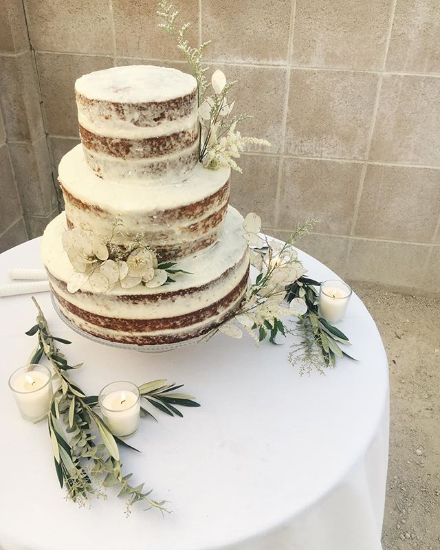 It brings me so much joy to be able to make wedding cakes for dear friends. This past weekend's wedding location couldn't have been more picture perfect. Congratulations @naomi_devorah and @gabrelgonzales. Another carrot cake wedding in the books!
