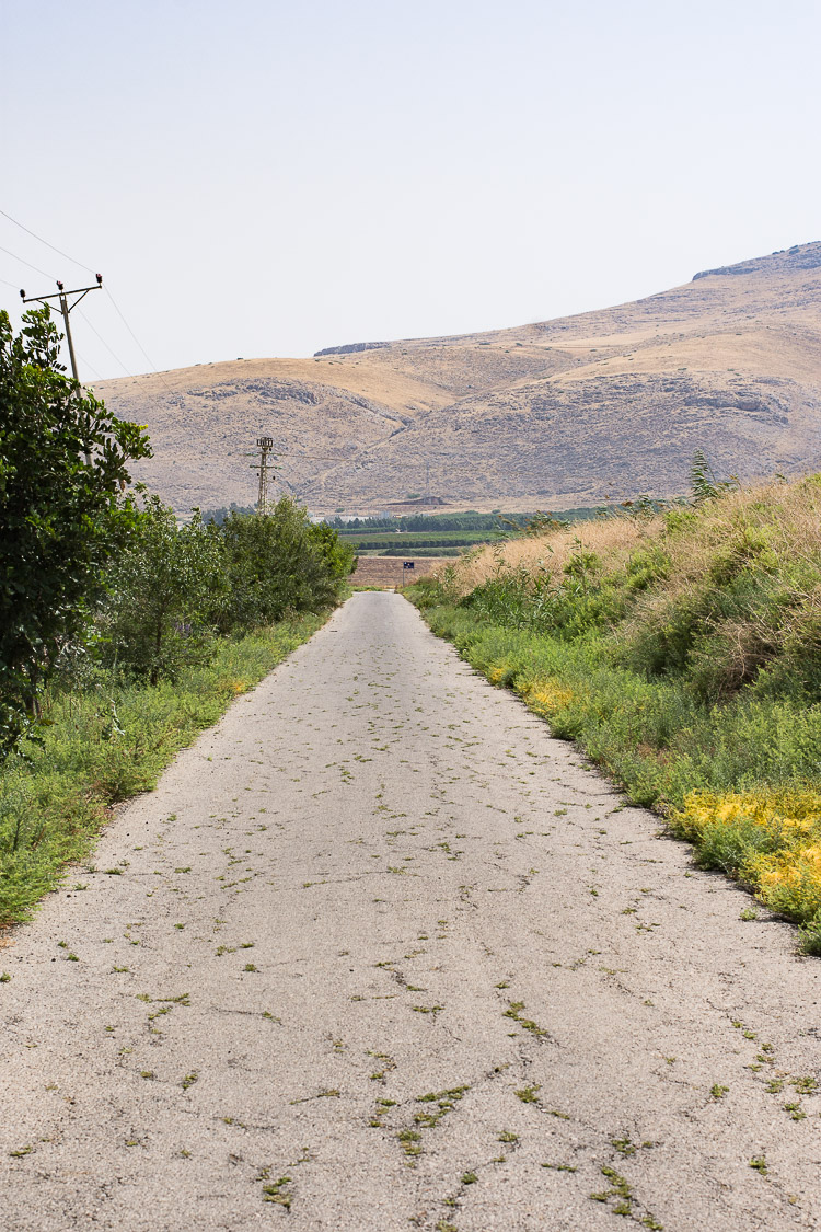 Park Emek Ha-Maayanot, springs valley, Gilboa mountain, fields, empty road