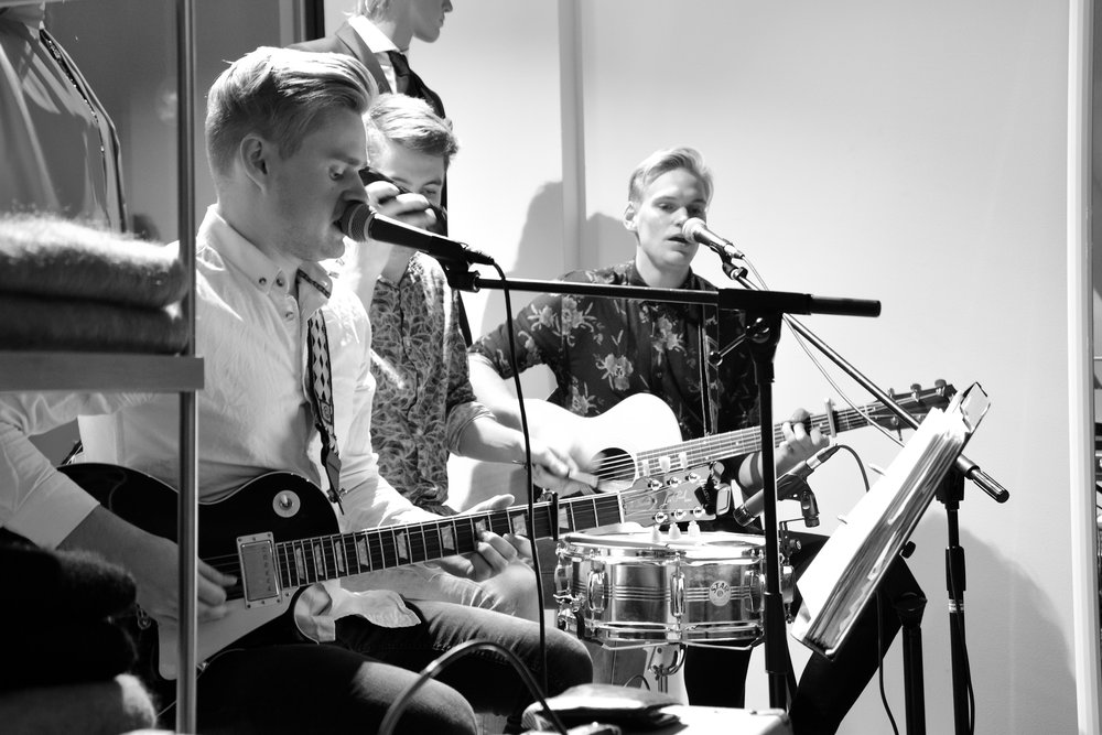 Mikä ihana kolmen miehen bändi F.E.A.T jota voin lämpimästi suositella juhliisi. <3  Vilken underbar trio F.E.A.T är! Jag kan varmt rekommendera dem till din nästa fest. <3