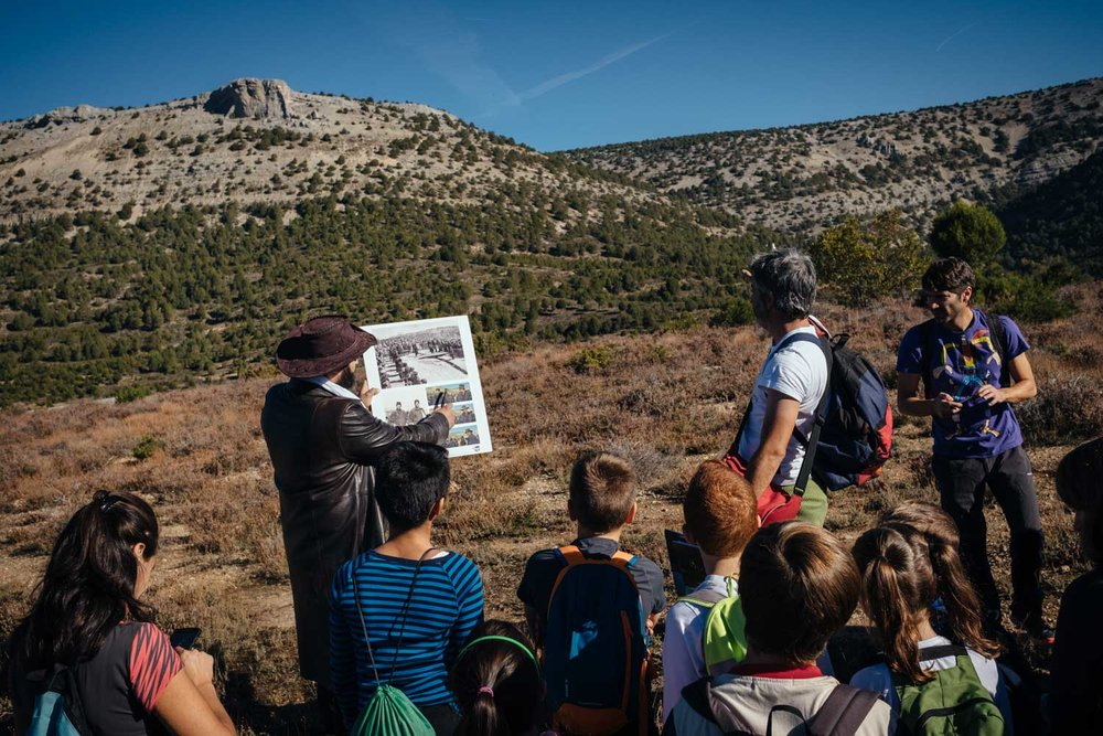 Sergio Moneo shows kids from Peñaranda's Diego Marin school screenshots from  The Good, The Bad and The Ugly , comparing the landscapes in the film to the real thing.