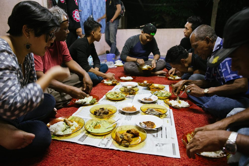Dinner for Pak Nawi and Abang Man's troupe before the performance.