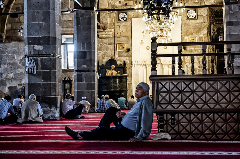 Praying in a mosque in Turkey for ANWB Reiz& magazine