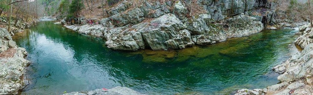 2017-02-18_pisgah-hot-springs_laurel-river-trail-gorge-swimming-hole-blue-green-water-pano.jpg