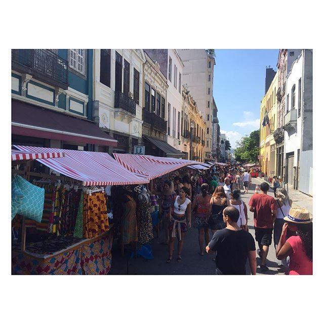 Última descoberta da mini-férias: feira na Rua do Lavradio - vários achados vintages legais com preços bons. #vailarj #slowfashion #riodejaneiro #modapracompartilhar #lavradio #feiradorioantigo